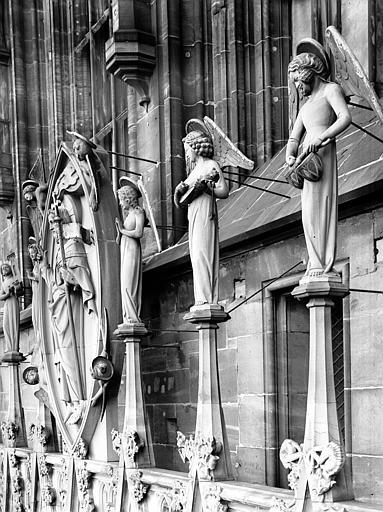 Façade ouest : ange à la viole et Christ en gloire