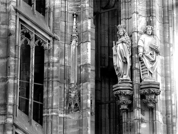Plateforme de la tour nord : saint au livre et sainte couronnée