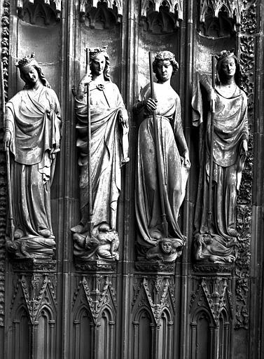 Façade ouest, portail de gauche : groupe de Vertus terrassant les Vices