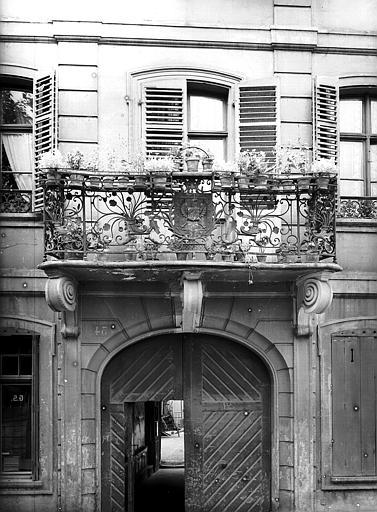 Balcon en fer forgé du premier étage, avec armoiries