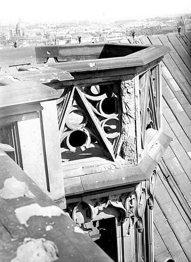 Côté sud, détail de l'escalier de la tour