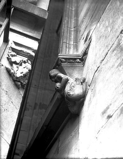 Elévation extérieure : cul-de-lampe sculpté