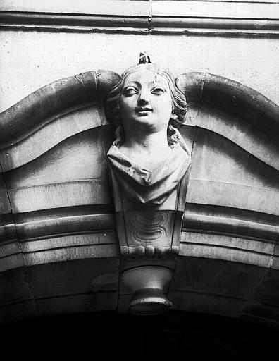 Mascaron : tête de femme