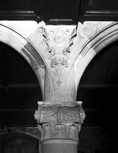 Chapiteau et sculpture d'écoinçon
