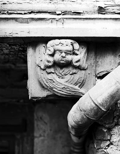 Ange sculpté sur poutrage