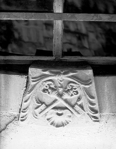 Enseigne : deux clefs sculptées