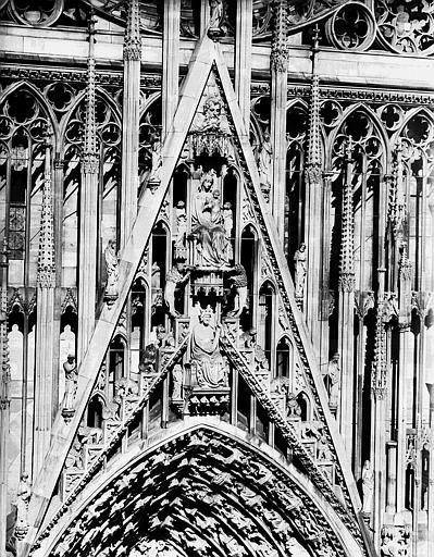 Gable du portail central