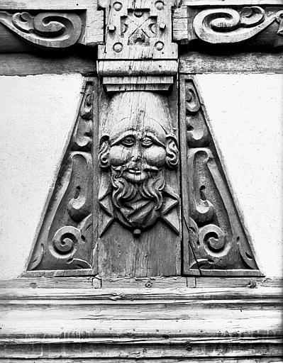 Cour des Maréchaux : poutrage de la galerie
