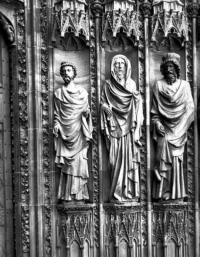 Portail central, côté droit : trois statues