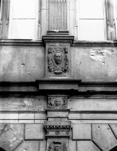 Façade principale, décoration : détail des pilastres