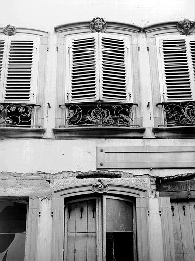 Façade du premier étage : détail des fenêtres