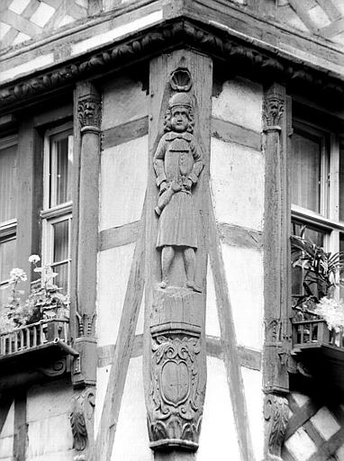Détail poutrage d'angle ; personnage sculpté
