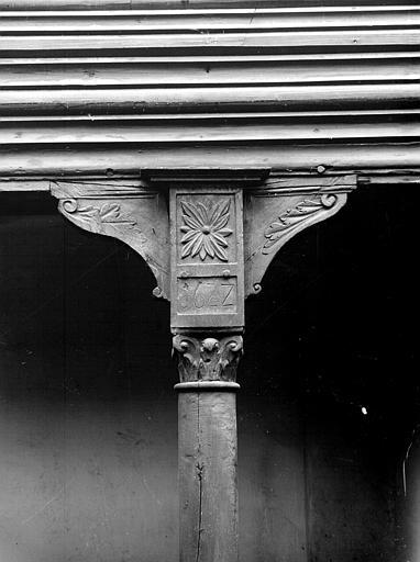 Chapiteau de la galerie et fût de colonne