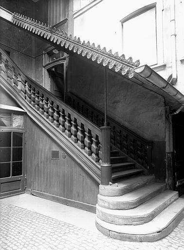 Cour, ensemble de l'escalier