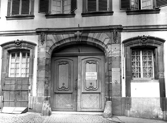 Portail et deux fenêtres