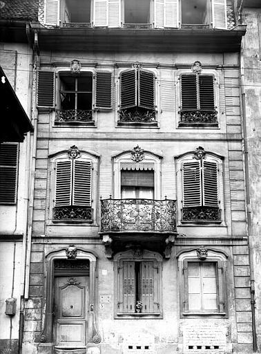 Façade ornée de mascarons et balcon en fer forgé