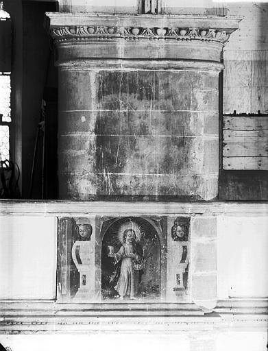 Pilier tribune sud avec peinture du Christ et deux anges