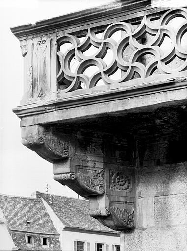 Extérieur, balcon sculpté en pierre : détail de la console