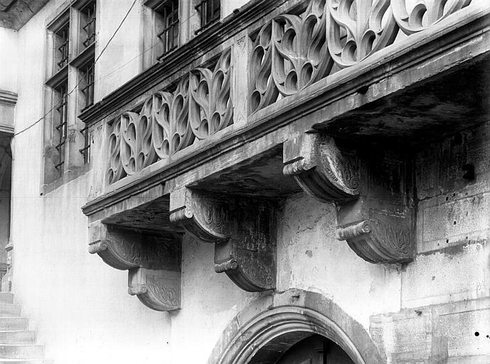 Extérieur, balcon sculpté en pierre