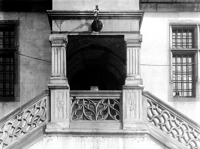Extérieur, rampe d'escalier en pierre