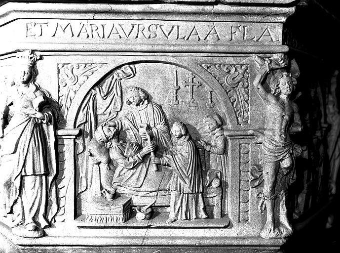 Détail du baptistère : panneau sculpté