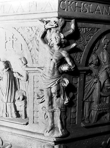 Détail du baptistère : statue d'un homme attaché