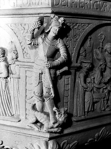 Détail du baptistère : statue de saint Michel