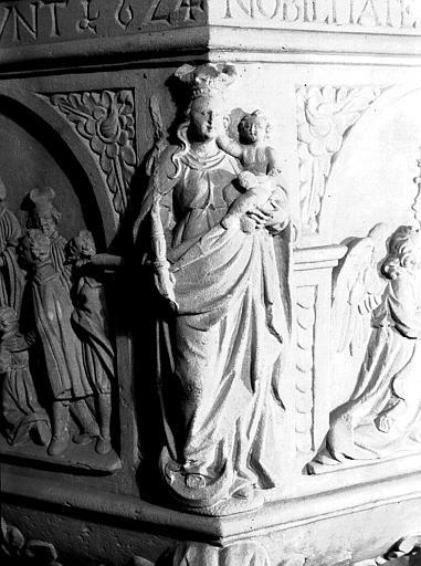 Détail du baptistère : statue de la Vierge à l'Enfant