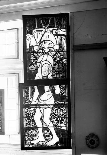 Vitrail : tête de la Vierge, buste et jambes du Christ