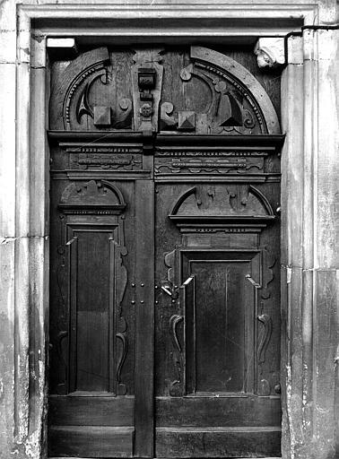 Porte extérieure en bois sculpté
