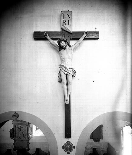 Crucifix sur le mur de la nef