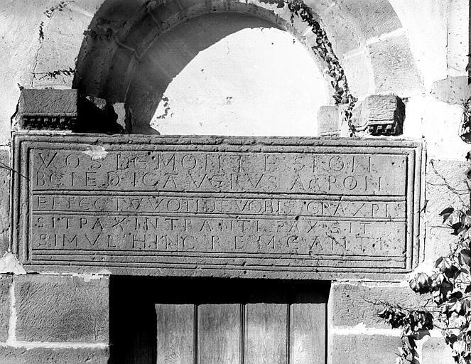 Linteau porte avec inscription gravée
