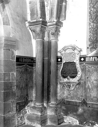 Deux colonne engagées, angle du choeur et plaque funéraire