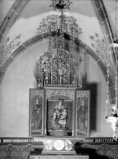 Vue d'ensemble du retable ouvert : Vierge et Enfant sculptés, volets peints représentant sainte Barbe et sainte Catherine