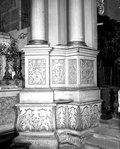 Bases de pilastres sculptées