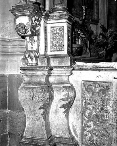 Pilastres et console ornée d'un chérubin
