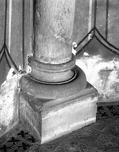 Base d'une colonne engagée