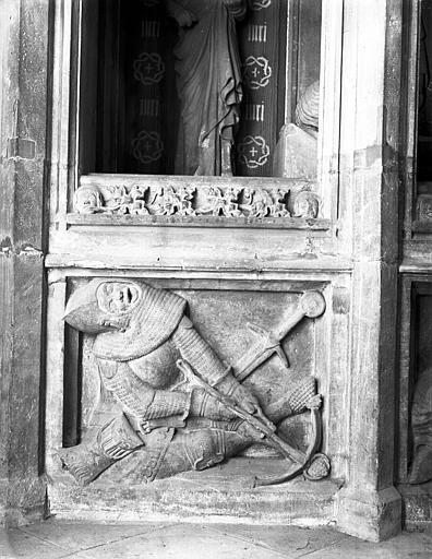 Bas-relief de la Mise au Tombeau ou Saint-Sépulcre : un gardien