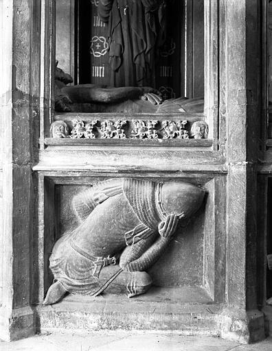 Bas-relief de la Mise au Tombeau ou Saint-Sépulcre : un soldat gardien