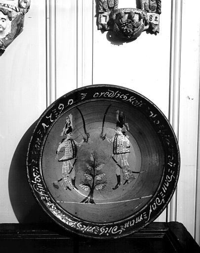 Plat en céramique avec inscription