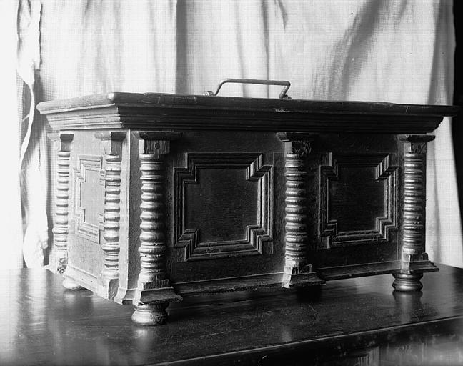 Coffret en bois sculpté