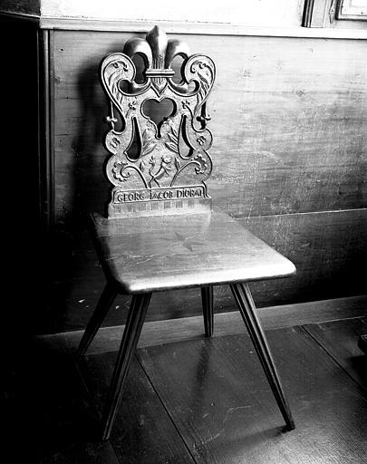 Chaise sculptée