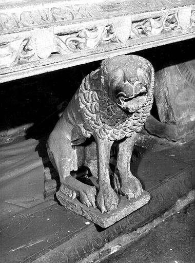Tombeau d'Ulrich de Werd : lion de droite