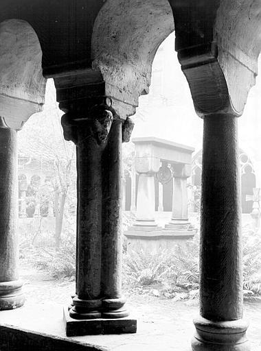 Cloître, détail de deux colonnes