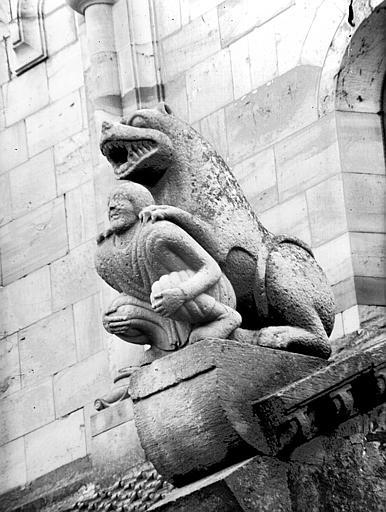 Sculpture extérieure : lion dévorant un homme