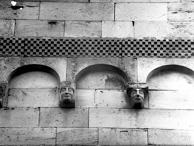 Frise damier, culs-de-lampe : masques humains