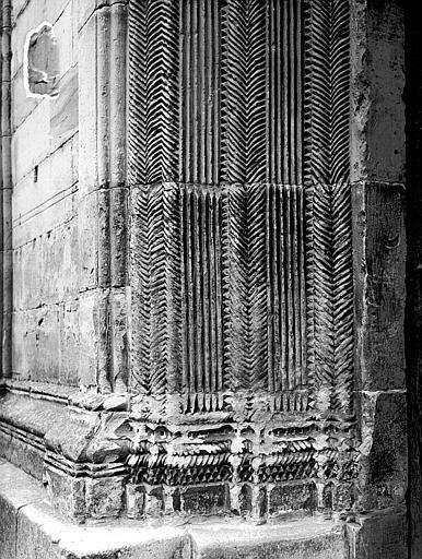Portail de la façade ouest : détail de l'ébrasement gauche