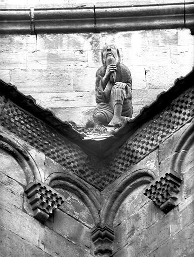 Base de la tour romane : personnage tenant sa barbe
