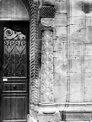 Portail de la façade sud : colonne du piédroit de gauche