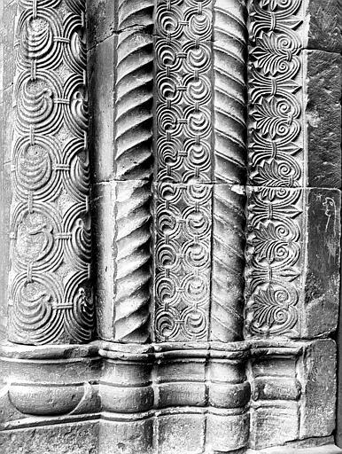 Portail de la façade sud : détail de l'ébrasement gauche